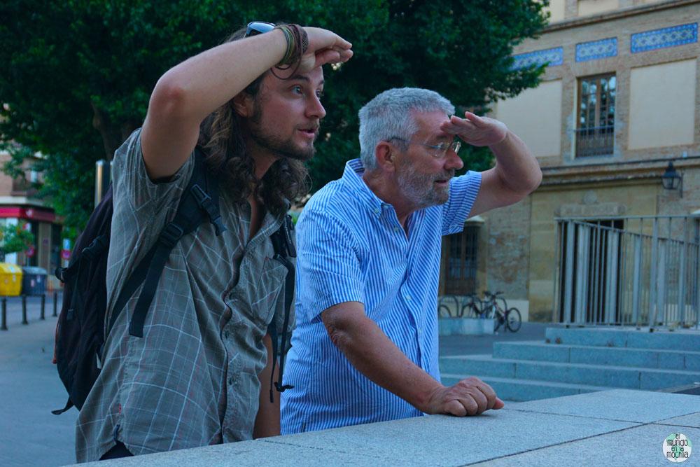Peter y su padre viendo a lo lejos con lamano sobre la frente