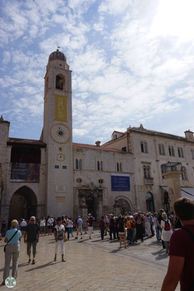 La Torre del Reloj en la Plaza Luza en Dobrovnik