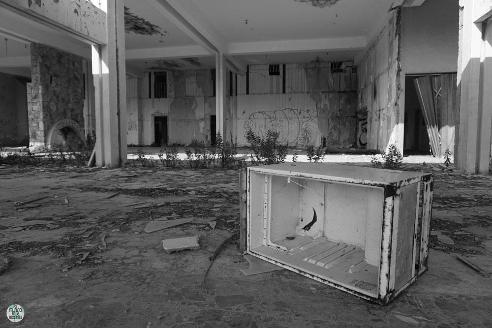 Escombros de refrigeradora en hotel abandonado
