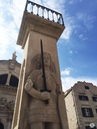 La estatua de Rolando en el centro de la Plaza Luza