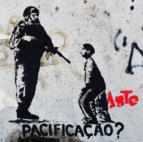 Stencil callejero en que un militar apunta con su arma a un niño. Un texto pregunta: ¿pacificacao? foto UPP-candypilargodoy