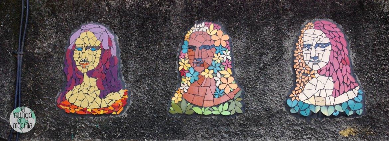Arte urbano en mosaico. Monalisas hechas con azulejos rotos en una pared de Santa Marta