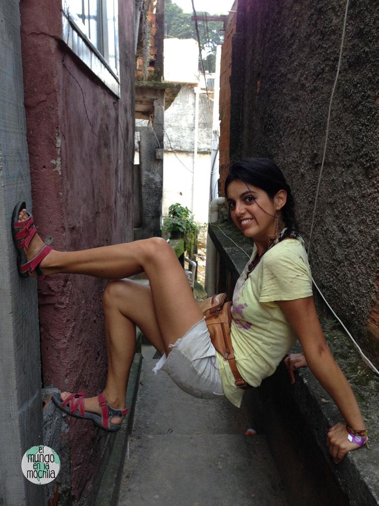 Gaby juega en las estrechas paredes de la favela santa Marta