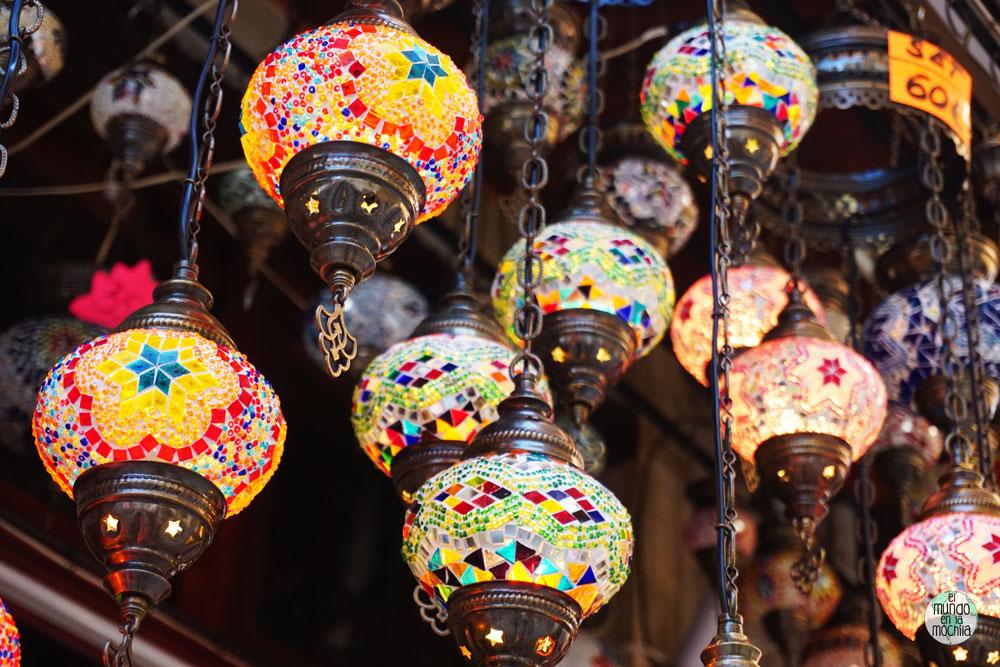 Lámparas turcas en el bazar del centro de Mostar
