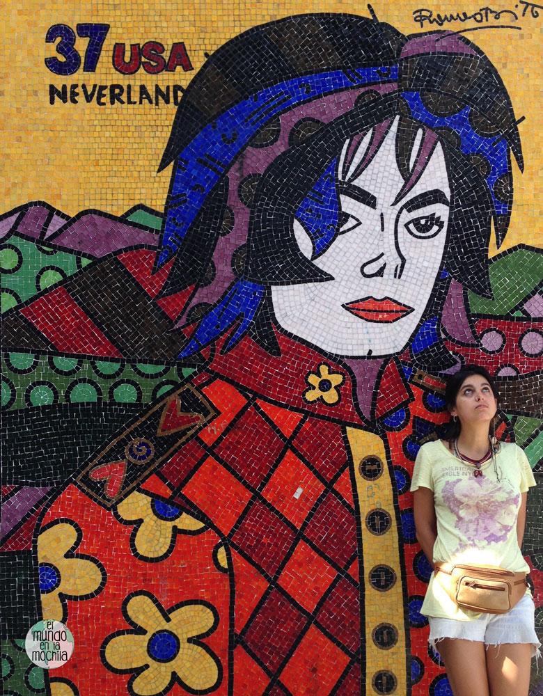 Gaby posa junto al mural de mosaico de Michael Jackson que hay en la Favela Santa Marta