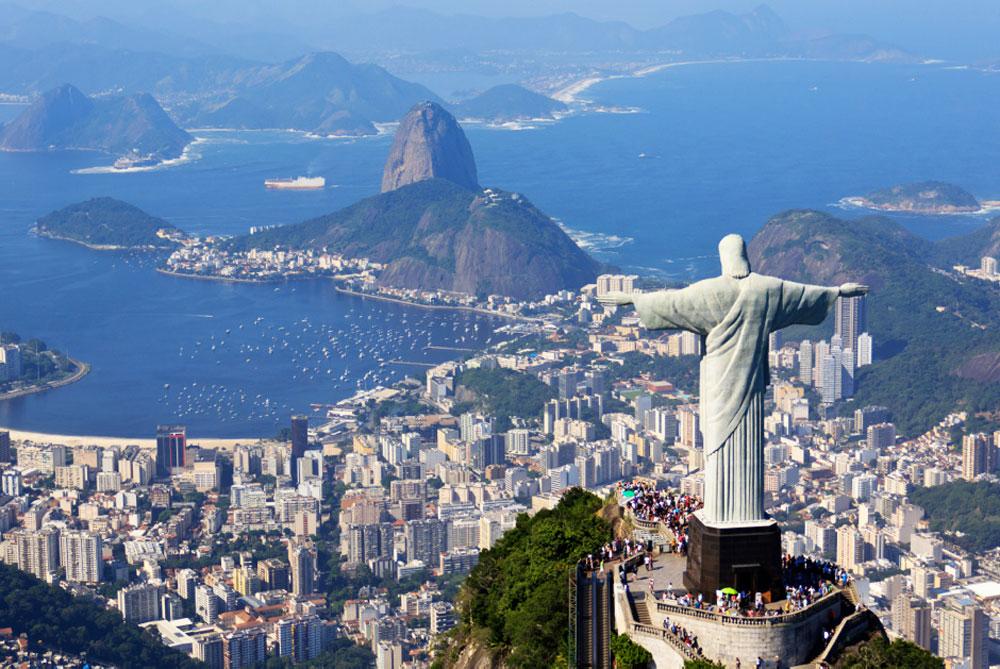 Panorámica de la espalda del Cristo Redentor con Río al frente. Foto de Carlos Ortega en Flickr