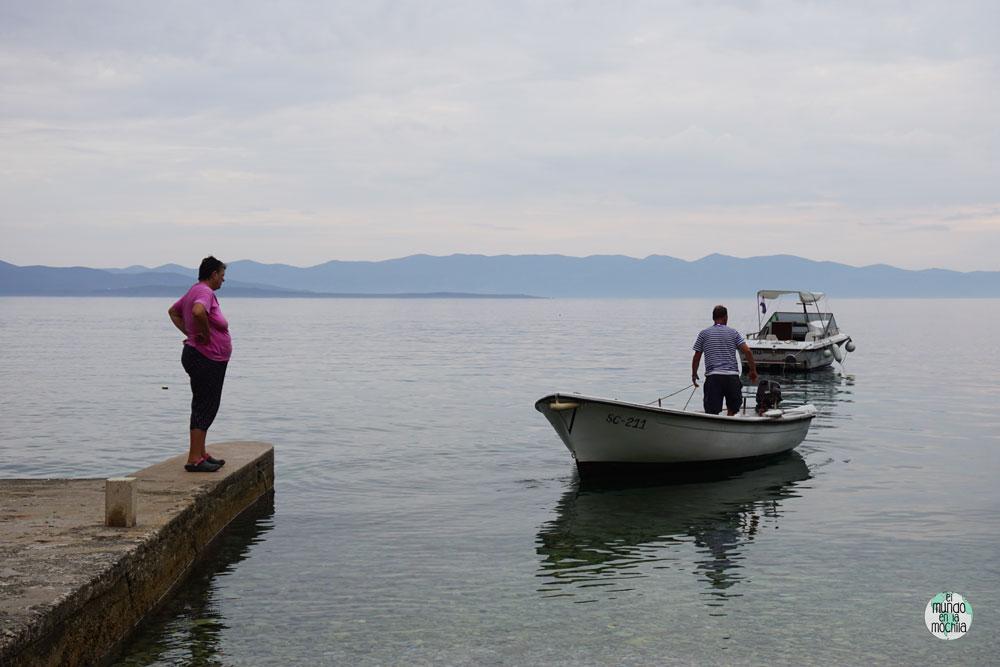 Franjo y su mujer preparan todo para la lanzar las redes de pesca en su bahía, en Isla Hvar