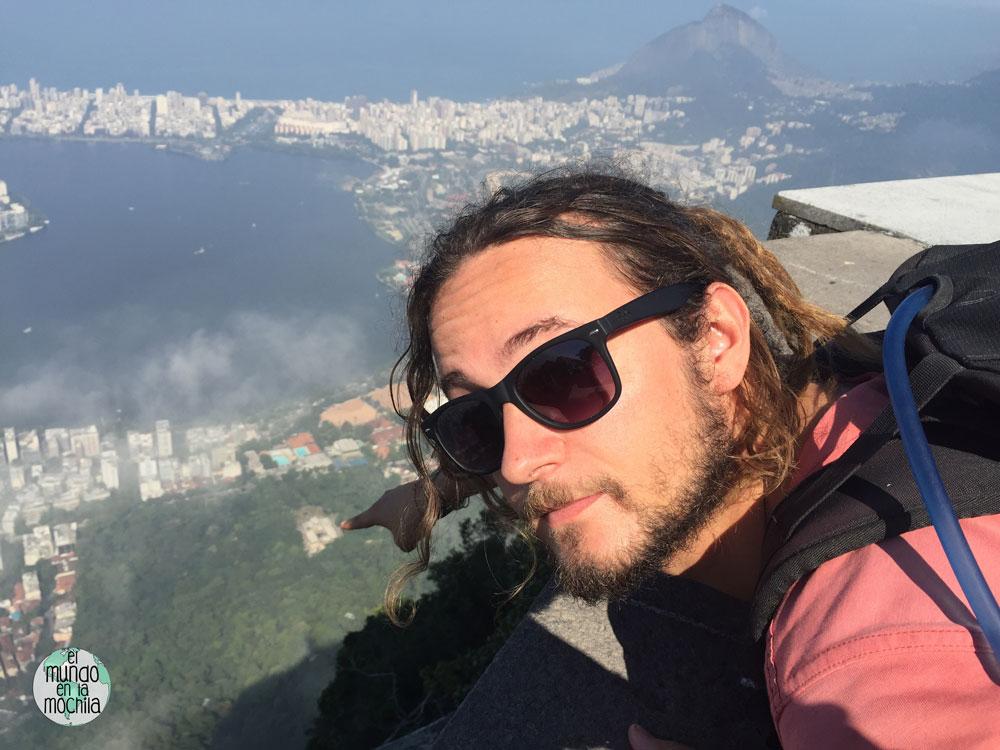 Peter muestra el Parque Lage desde las alturas del Cristo de Corcovado