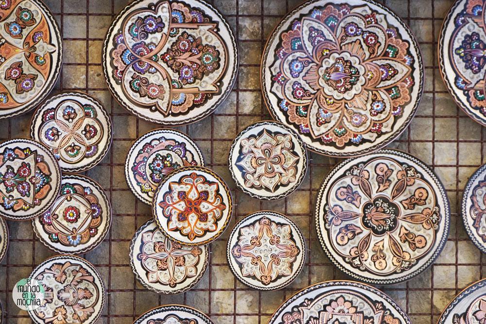 Platos artesanales en el mercado de Mostar
