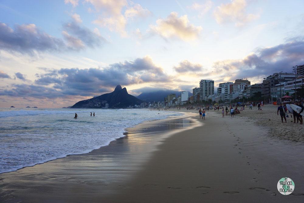 Playa de Ipanema al atardecer