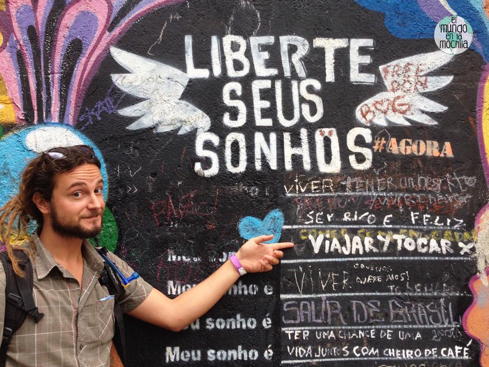 Peter elmundoenlamochila en un grafiti en Rio de Janeiro