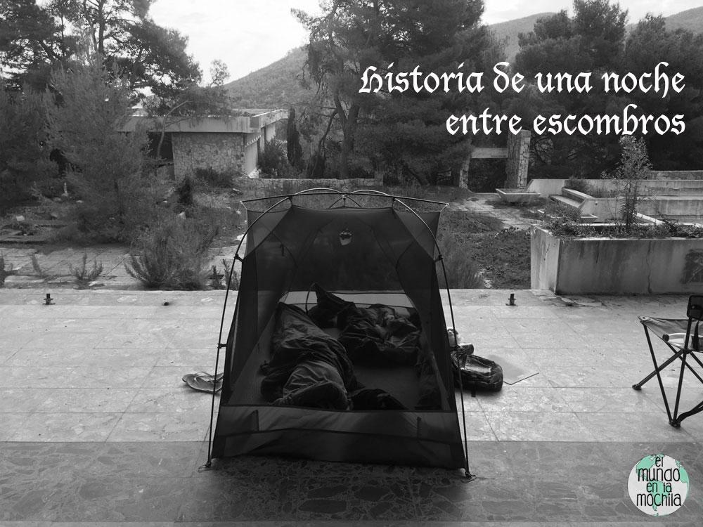 """carpa armada dentro de un hotel abandonado con el título escrito de """"Historia de una noche entre escombros""""!"""