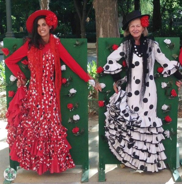 Dos muejeres tras paredes vestidas como flamencas