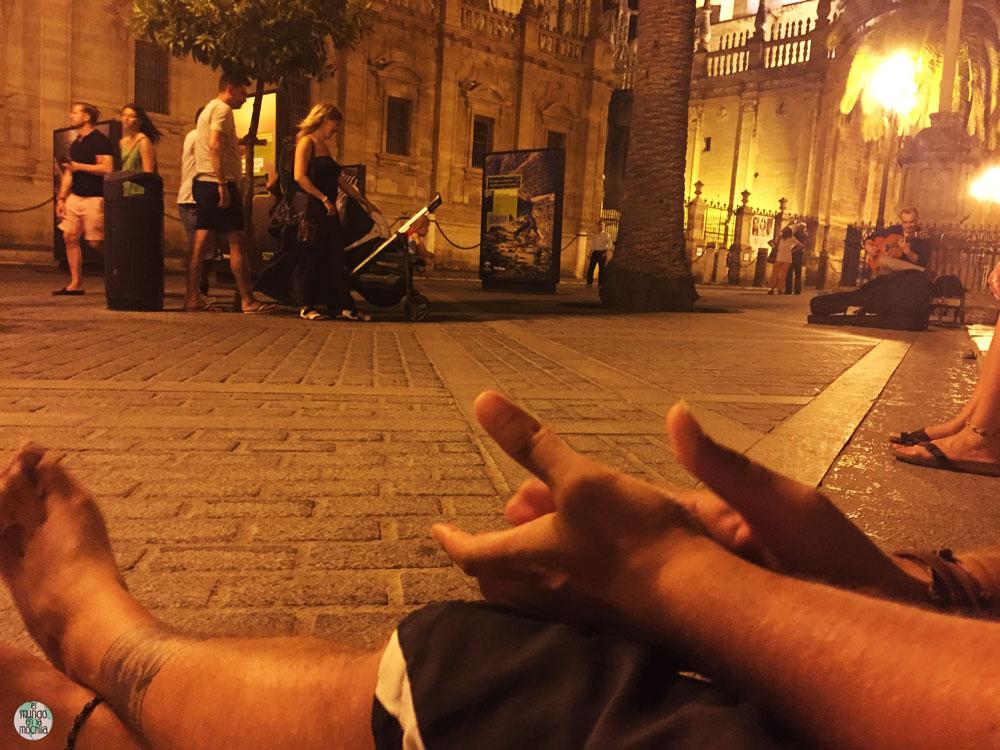 Manos palmeando a un guitarrista en el centro de Sevilla