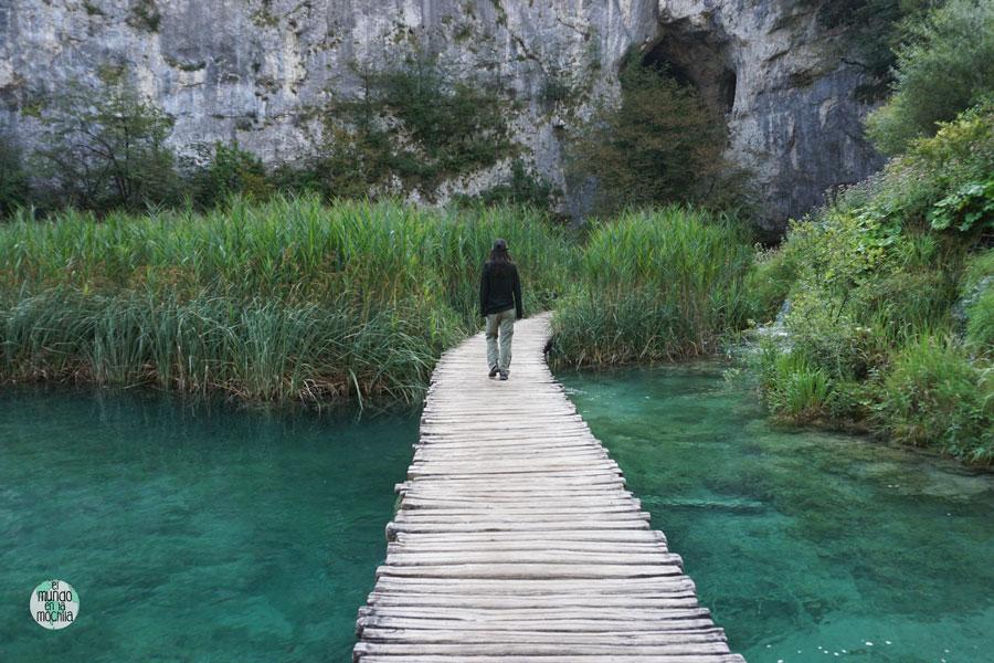 Gaby camina sobre una pasarela del Parque Nacional de los Lagos de Plitvice