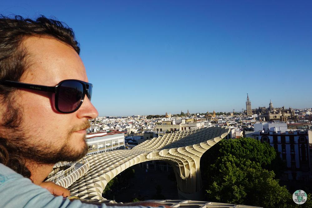 Peter sobre las Setas de Sevilla con las vistas de Sevilla