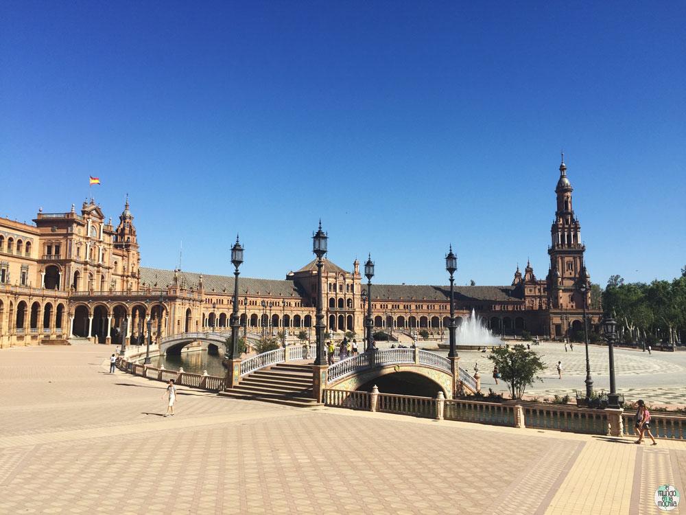Vista de los edificios y el centro de la Plaza España en Sevilla