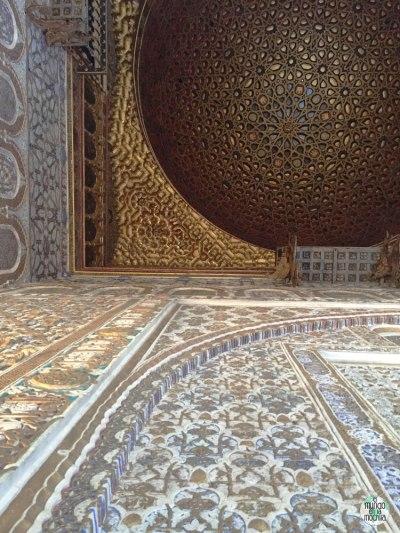 Cúpula dorada sobre paredes decoradas en el Salón de los Embajadores en el Alcazar Real de Sevilla