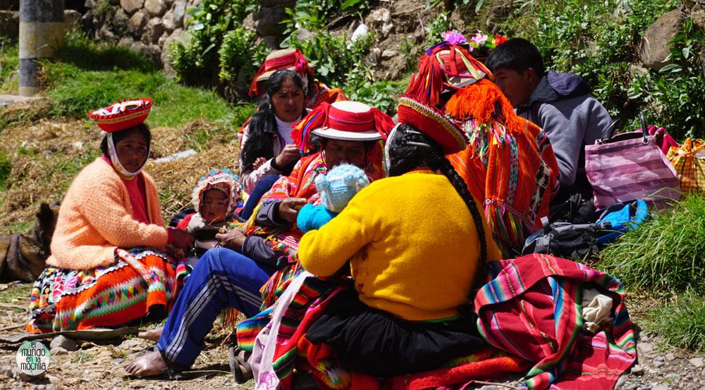 Familia indígena en el Valle Sagrado, Perú - Los 10 mejores destinos mochileros de Sudamérica