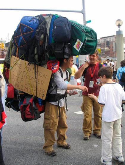 Mochilero que carga al menos diez mochilas enormes.