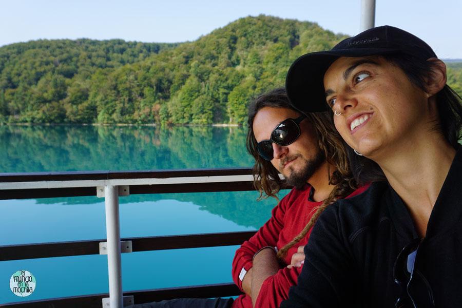 Peter y Gaby en el barco del Lago Kozjak del Parque Nacional de los Lagos de Plitvice
