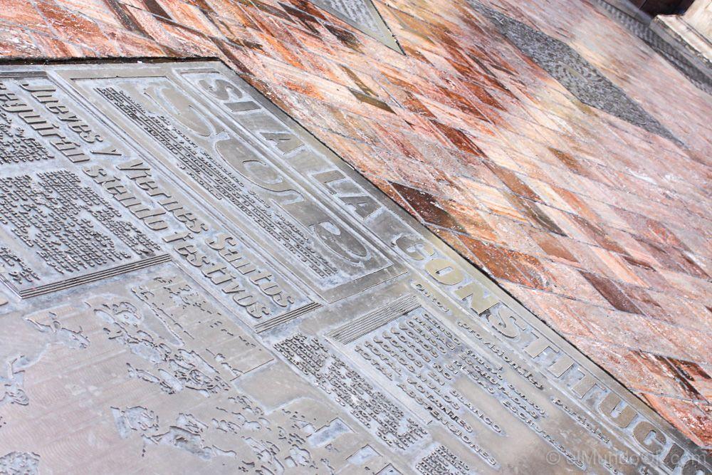 Plaza de metal con portada del Diario El Sur en la Plaza de Constitución en Málaga