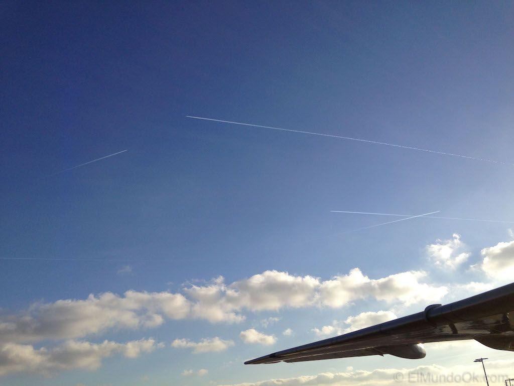 Aviones sobrevolando el aeropuerto Schiphol en Ámsterdam. Qué hacer en el Aeropuerto de Amsterdam.