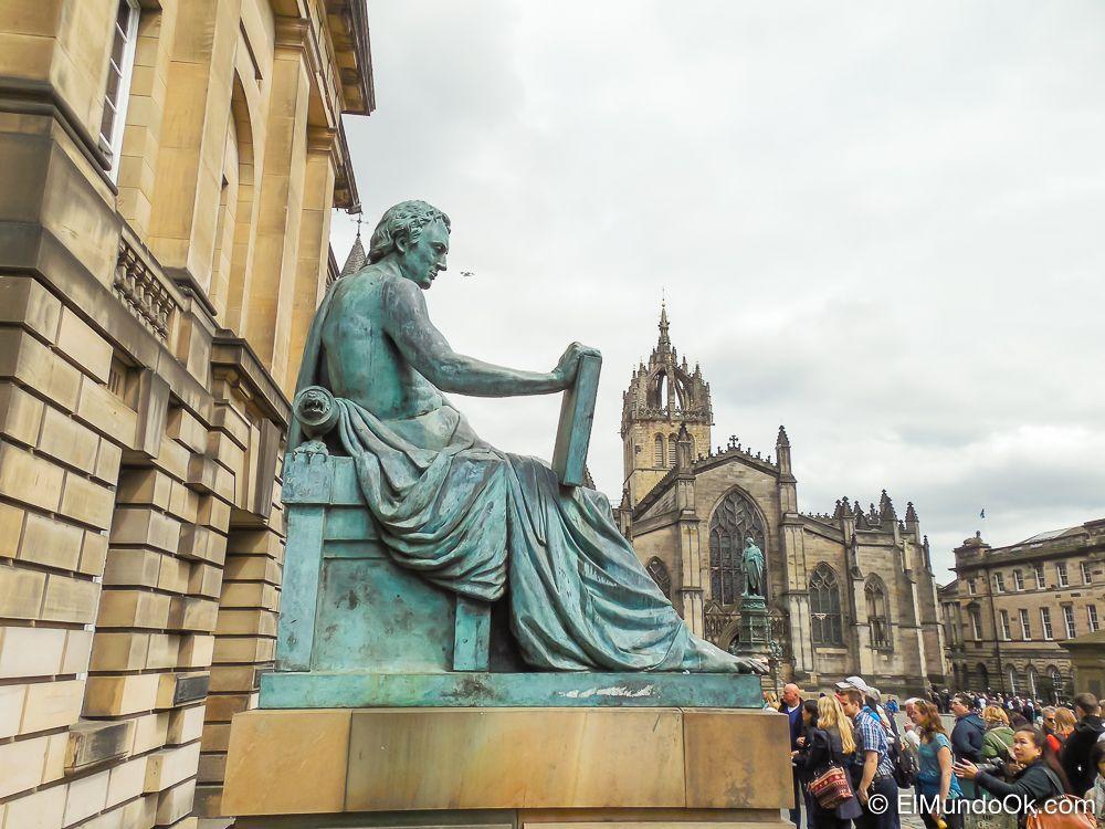 Estatua de Hume en la Royal Mile de Edimburgo.