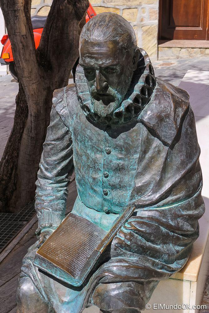 Escultura de Miguel de Cervantes en Vélez Málaga.