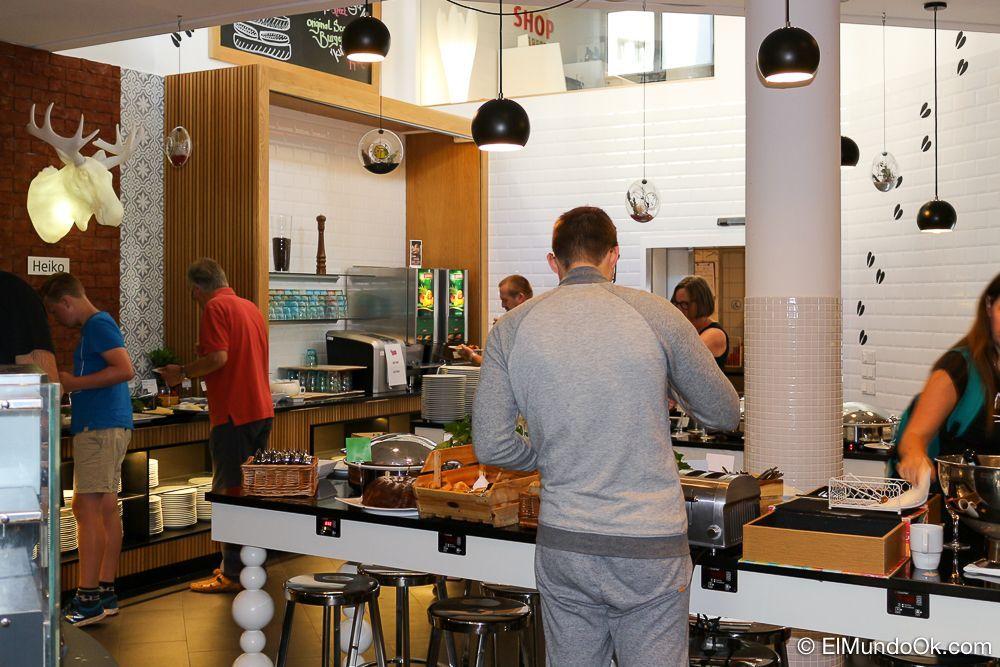Uno de los salones del desayuno buffet del hotel Scandic Berlin Kurfürstendamm.
