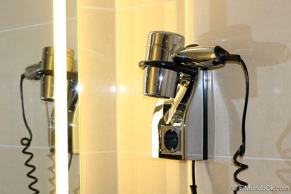 Secadora en cuarto de baño del hotel Scandic Berlin Kurfürstendamm.