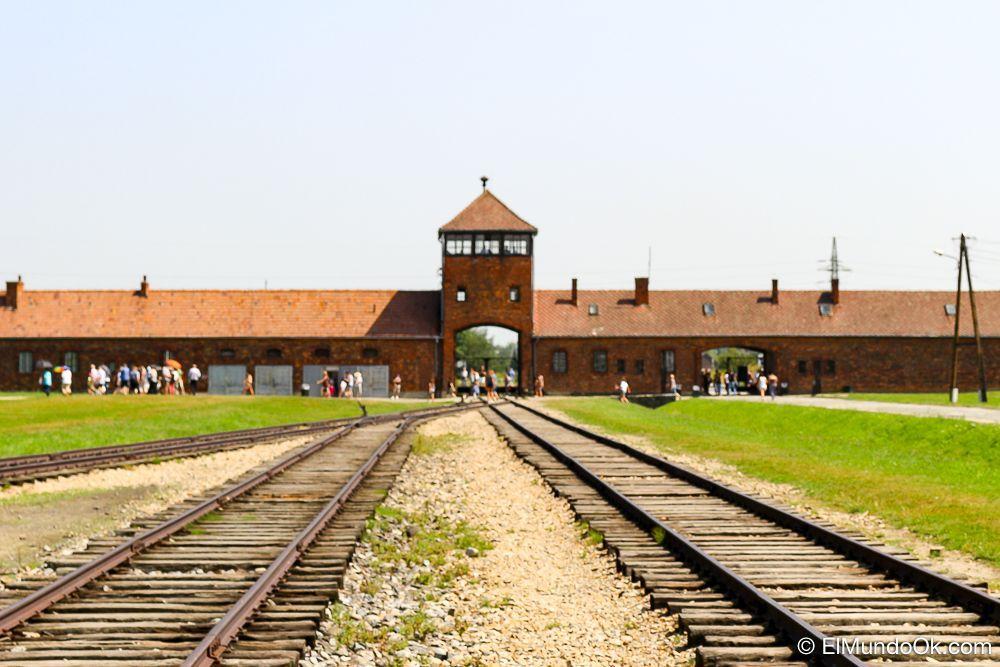 Las vías del tren, desde el interior de Auschwitz II - Birkeanau.