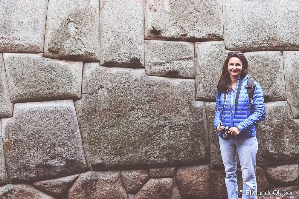 Maider de Packandclick posando con la piedra de los doce ángulos.