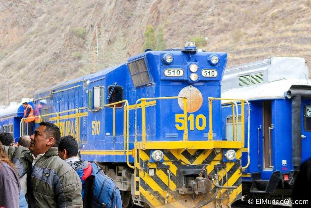 Vagón de tren local en la estación de Ollantaytambo hacia Aguas Calientes.