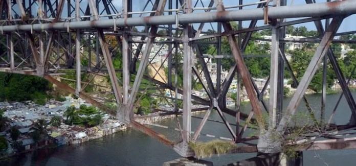 Oxidación, suciedad y malezas creciendo dentro de la estructura de metal del puente de la 17, evidencian la falta de mantenimiento y su nivel de deterioro. Jorge González