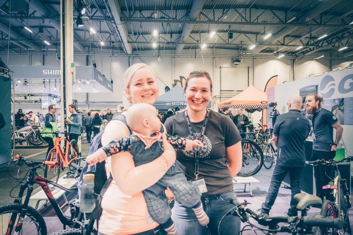 LIv GIant Linnea monter på cykelmässan