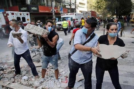 Multitudes de voluntarios ganan el paso otra vez al gobierno frente a la tragedia