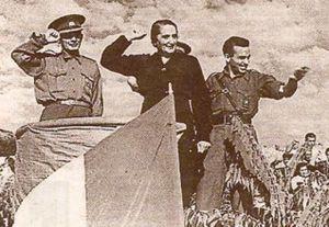 La Pasionaria y Francisco Antón, con un mando de las Brigadas Internacionales