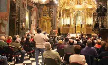Numerosas personas asisten al concierto de música medieval celebrado dentro del Año Teresiano