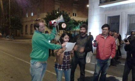 Ganemos la Región de Murcia protesta por la corrupción frente a Delegación de Gobierno