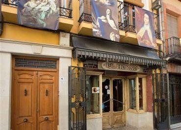 Ochenta imágenes de Santa Teresa decoran la calle Mayor durante el Año Teresiano