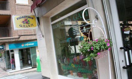 La Asociación de Comerciantes de Cehegín decora las puertas de las tiendas con flores para celebrar la primavera
