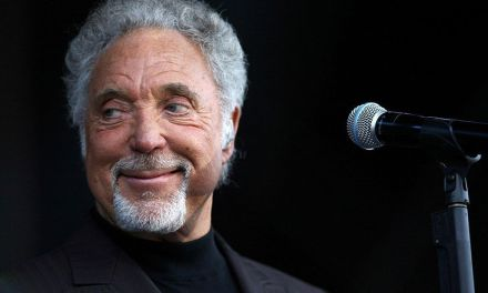 """Sir"" Tom Jones proyectó su potente voz en Murcia"