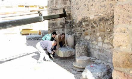 """La Guardia Civil entrega al Ayuntamiento varias piezas romanas para su conservación en el Museo Arqueológico """"La Soledad"""""""
