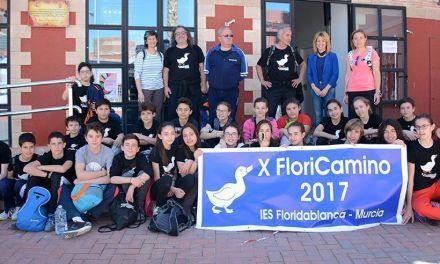Una treintena de alumnos del IES Floridablanca de Murcia son recibidos por la alcaldesa de Campos del Río a su llegada al municipio