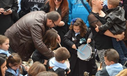 Los escolares de Mula reviven la Noche de los Tambores en Viernes de Dolores
