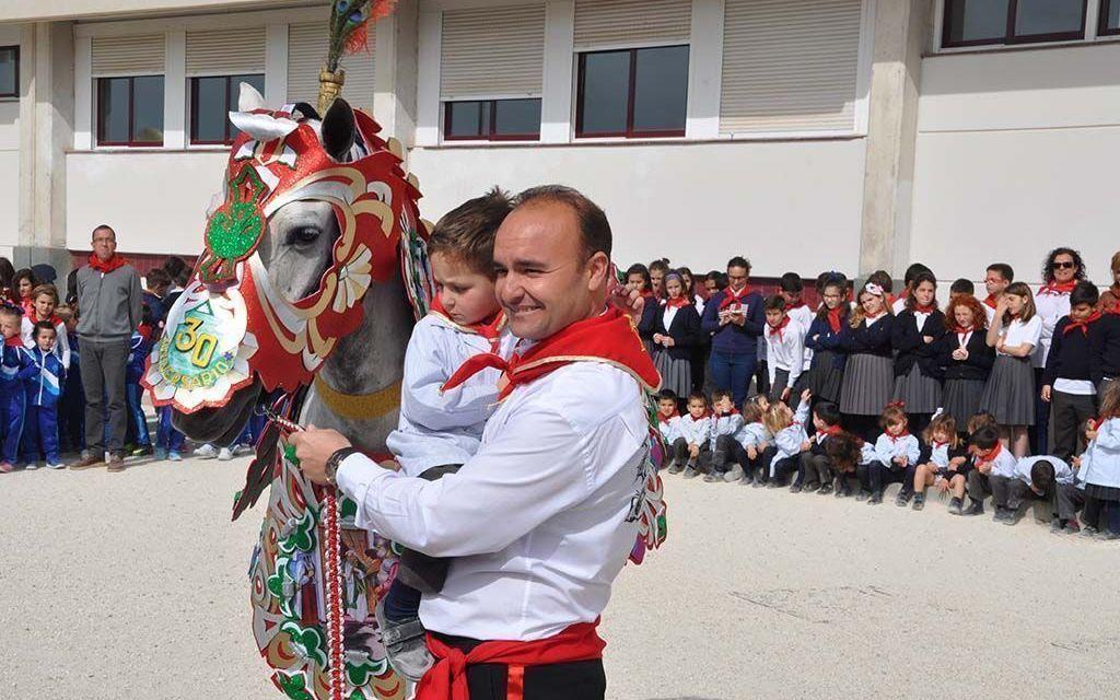 Alumnos de la Consolación elaboran el manto de la Peña Gacel