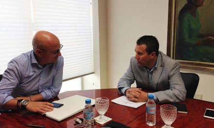 El Alcalde de Mula, en su reunión con el consejero de Empleo, solicita una escuela taller de jardinería