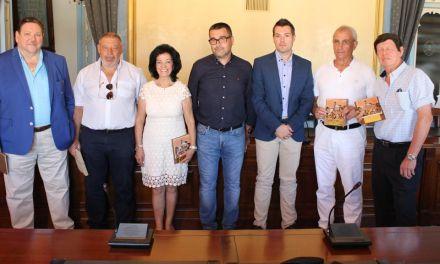Los trabajadores municipales jubilados recientemente reciben un reconocimiento de manos del Alcalde de Cehegín