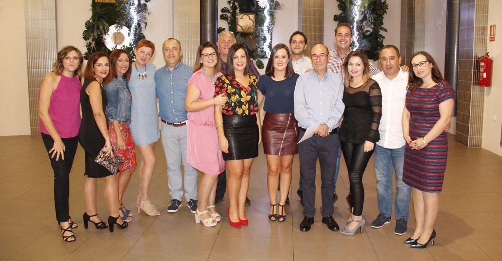 Emotivo homenaje de la plantilla de Marín Giménez a Antonio Sáez, su director técnico, por la jubilación